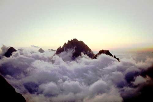 Остров Аксаут над морем облаков.