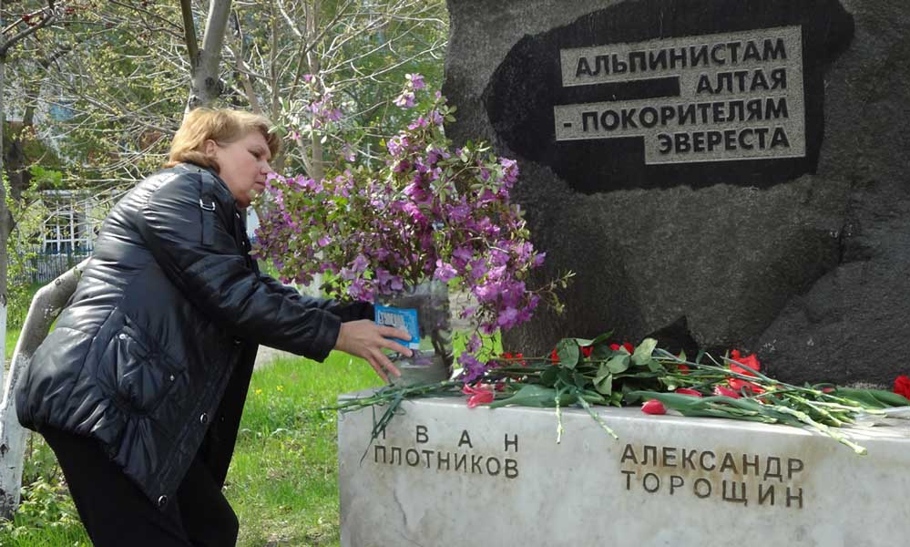 Памятник погибшим на Эвересте. Цсеты возлагает Татьяна Пахомкина_