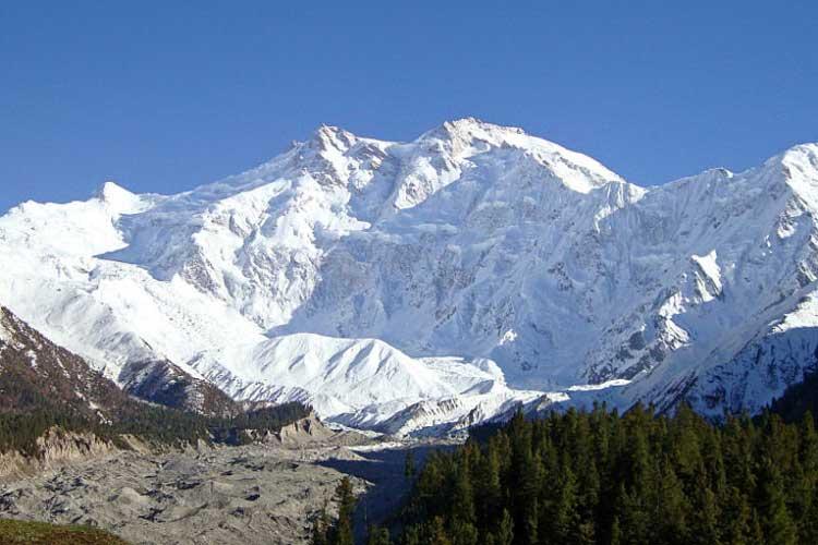 Нанга Парбат (8.126 метров, санскрит «Голая гора»), также Диамир («Король Гор»).